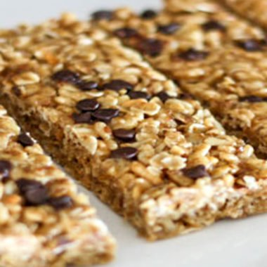 no bake homemade chewy granola bars that use real ingredients like honey, coconut oil, oats, ground flax seeds, and crunchy peanut butter! kid friendly and bars can even be frozen to use later for school lunches!