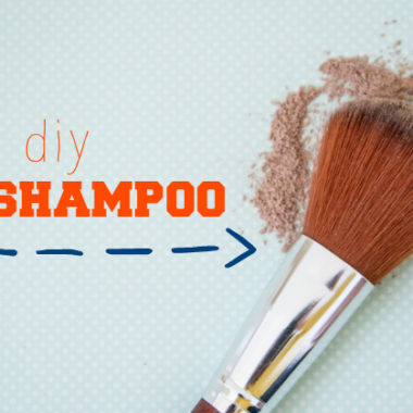 Make your own dry shampoo. Super quick and easy. Recipe for light and dark hair.