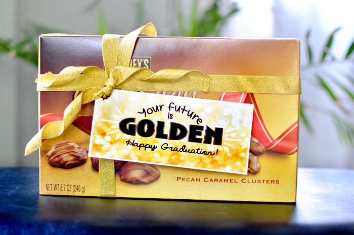 Wrap up some money in a clever way using this GOLDEN Graduation Gift #happythoughts #happygraduation