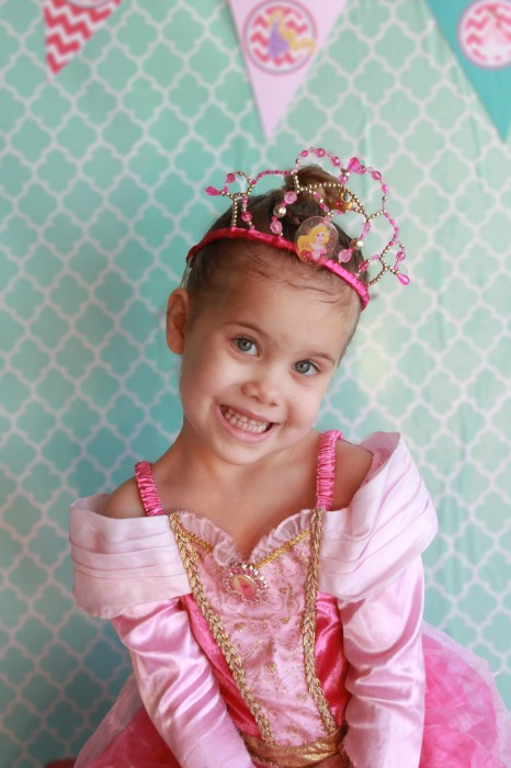 Free princess party printables to add just the right thing for the party! (#happythought)