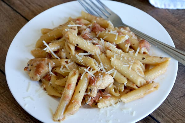 Your family is going to love my Garlic Chicken Pasta Recipe, my kids ask for it weekly! Easy to make, freezes great and you only have to dirty one skillet! | happymoneysaver.com