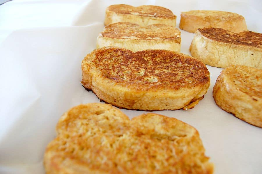 I love that I can make a big batch of this french toast and keep it in the freezer. It is a life saver on busy mornings, i just pull a few out and pop them in the toaster! | Happymoneysaver.com