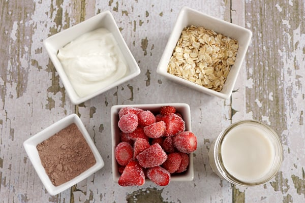 This delicious strawberry oatmeal smoothie is just what you need to get your day started off right! Your body will thank you for it! | happymoneysaver.com