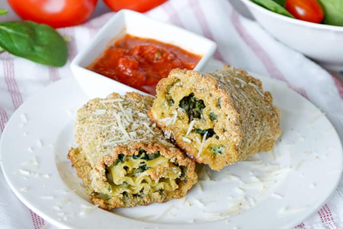 These freezer friendly pesto spinach lasagna roll ups are quick and easy to make ahead of time! Stock up so you'll be ready for those busy week nights! | happymoneysaver.com